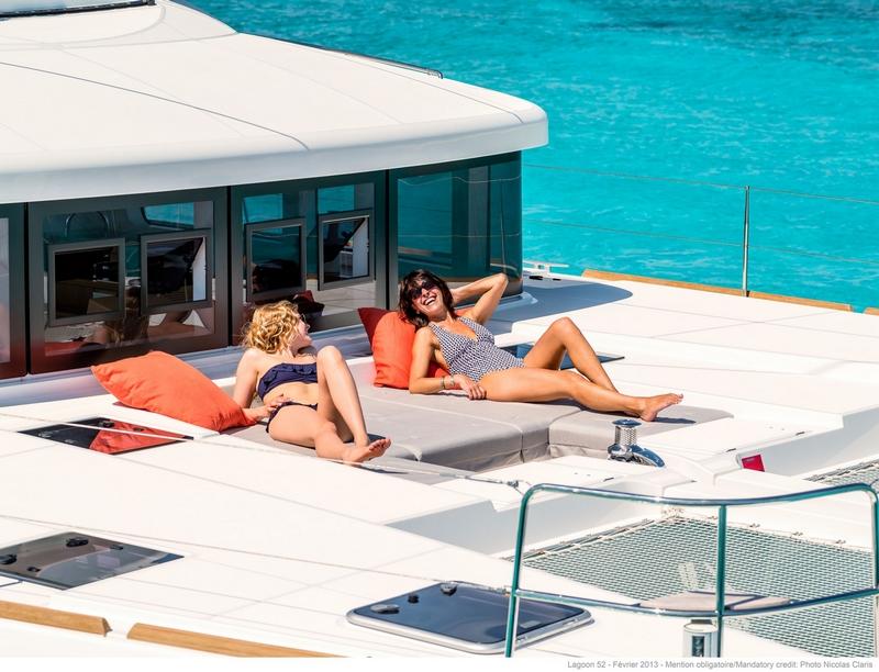 luxe catamaran relaxen op voordek