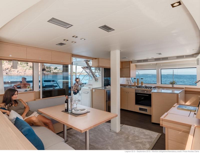 luxe catamaran ruime salon met uitzicht